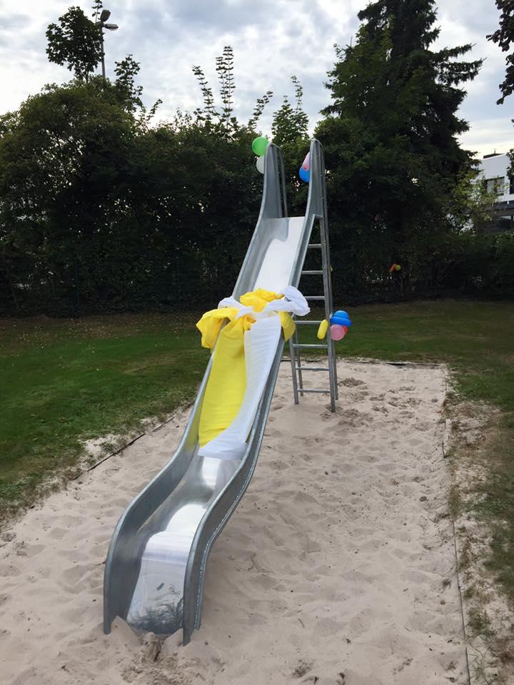 Eine neue Rutsche für den Spielplatz